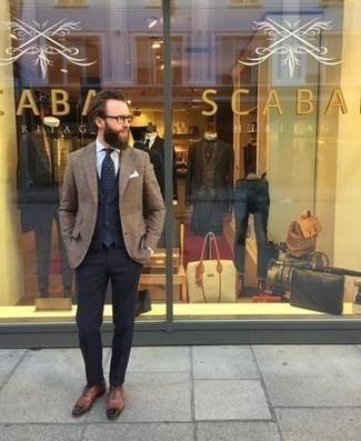 Combinar un blazer de tartán: Usa un blazer de tartán y un pantalón de vestir azul marino para una apariencia clásica y elegante. Opta por un par de zapatos oxford de cuero marrónes para mostrar tu inteligencia sartorial.
