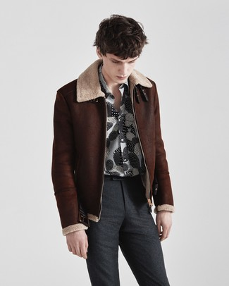 Cómo combinar: pantalón de vestir de lana en gris oscuro, camisa de manga larga estampada en negro y blanco, chaqueta de piel de oveja en marrón oscuro