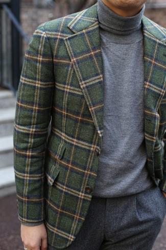 Cómo combinar: pantalón de vestir de lana gris, jersey de cuello alto gris, blazer de lana a cuadros verde oliva