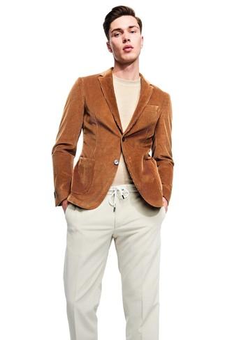 Cómo combinar: pantalón de vestir de pana en beige, jersey con cuello circular en beige, blazer de pana en tabaco