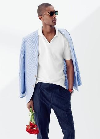 Cómo combinar: pantalón de vestir de rayas verticales azul marino, camisa polo blanca, blazer de rayas verticales en blanco y azul