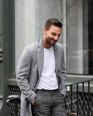 Cómo combinar: pantalón de vestir de tartán en gris oscuro, camiseta con cuello circular blanca, abrigo largo gris