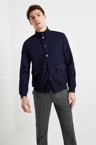 Look de moda: Pantalón de vestir de tartán en gris oscuro, Camiseta con cuello circular blanca, Cazadora harrington de lana azul marino