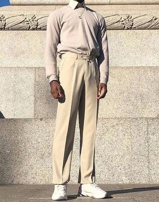 Cómo combinar: deportivas blancas, pantalón de vestir en beige, camisa de vestir en beige, jersey con cuello circular en beige