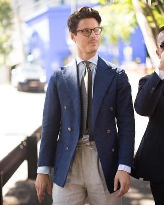 Cómo combinar: corbata estampada verde oliva, pantalón de vestir de lino en beige, camisa de vestir de rayas verticales en blanco y azul, blazer cruzado de lana azul marino