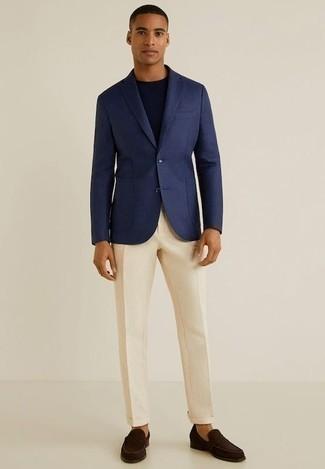 Combinar un pantalón de vestir en beige: Opta por un blazer azul marino y un pantalón de vestir en beige para un perfil clásico y refinado. Mocasín de ante en marrón oscuro son una opción inmejorable para complementar tu atuendo.