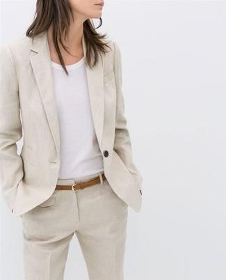 Cómo combinar: correa de cuero marrón claro, pantalón de vestir de lino en beige, camiseta con cuello circular blanca, blazer de lino en beige
