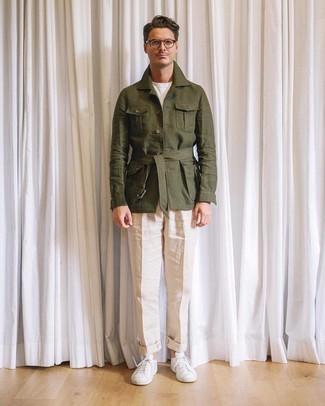 Cómo combinar: tenis blancos, pantalón de vestir de lino en beige, camiseta con cuello circular blanca, chaqueta campo de lino verde oliva