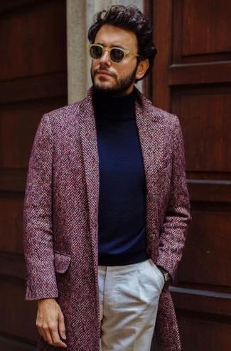 Cómo combinar: gafas de sol marrón claro, pantalón de vestir en beige, jersey de cuello alto azul marino, abrigo largo de espiguilla burdeos