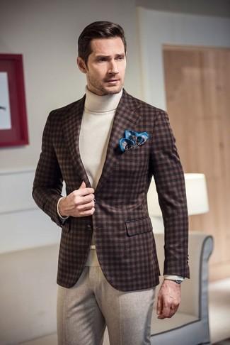 Cómo combinar: pañuelo de bolsillo estampado azul, pantalón de vestir de lana en beige, jersey de cuello alto blanco, blazer de lana de cuadro vichy en marrón oscuro