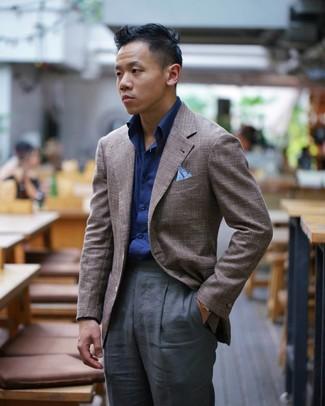 Cómo combinar: pañuelo de bolsillo celeste, pantalón de vestir en gris oscuro, camisa de manga larga azul marino, blazer marrón
