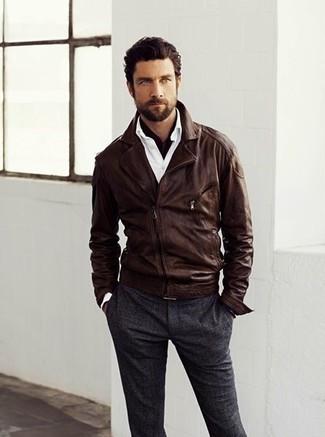 Equípate una chaqueta motera de cuero en marrón oscuro con un pantalón de vestir de lana en gris oscuro para un lindo look para el trabajo.