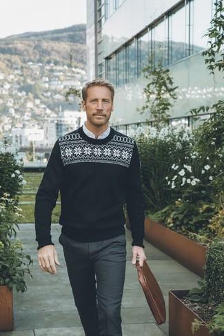 Moda para hombres de 40 años: Usa un jersey con cuello circular de grecas alpinos en negro y blanco y un pantalón de vestir en gris oscuro para un perfil clásico y refinado.