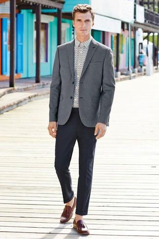 Cómo combinar: mocasín de cuero marrón, pantalón de vestir en gris oscuro, camisa de vestir estampada blanca, blazer gris
