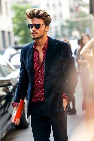 Cómo combinar: pantalón de vestir en gris oscuro, camisa de vestir estampada roja, blazer de terciopelo azul marino