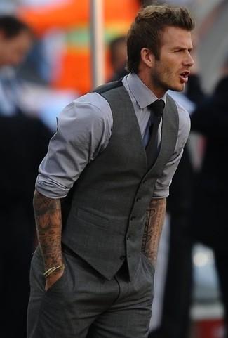 Combinar un chaleco de vestir en gris oscuro: Equípate un chaleco de vestir en gris oscuro junto a un pantalón de vestir en gris oscuro para rebosar clase y sofisticación.