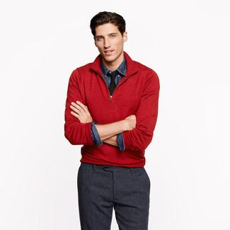 Cómo combinar: corbata negra, pantalón de vestir de lana en gris oscuro, camisa vaquera azul marino, jersey de cuello alto con cremallera rojo