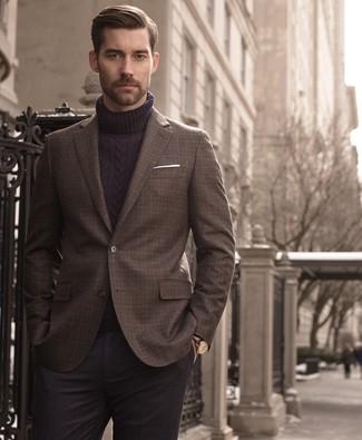 Cómo combinar: pañuelo de bolsillo blanco, pantalón de vestir de lana en gris oscuro, jersey de cuello alto de lana de punto azul marino, blazer a cuadros en marrón oscuro