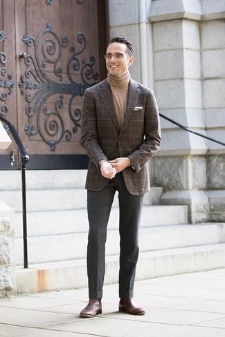 Cómo combinar: botines chelsea de cuero en marrón oscuro, pantalón de vestir de lana en gris oscuro, jersey de cuello alto marrón claro, blazer de tartán en marrón oscuro