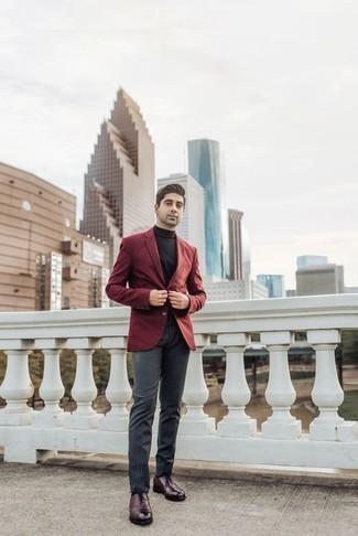 Combinar un blazer burdeos: Emparejar un blazer burdeos con un pantalón de vestir en gris oscuro es una opción inigualable para una apariencia clásica y refinada. Zapatos oxford de cuero burdeos son una opción perfecta para completar este atuendo.