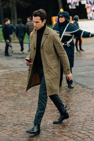 Cómo combinar: botines chelsea de cuero negros, pantalón de vestir de lana en gris oscuro, jersey de cuello alto negro, gabardina de tartán marrón claro
