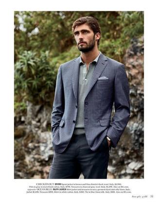 Cómo combinar: pañuelo de bolsillo celeste, pantalón de vestir en gris oscuro, polo de manga larga gris, blazer a cuadros azul marino