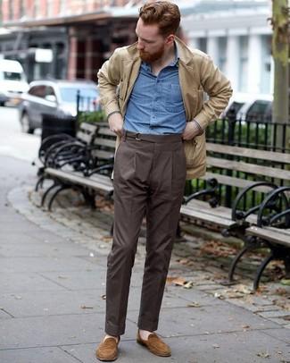 Cómo combinar: mocasín de ante marrón, pantalón de vestir en marrón oscuro, camisa de manga larga de cambray azul, chaqueta campo de ante en beige