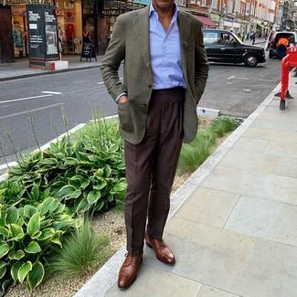 Cómo combinar: zapatos derby de cuero marrónes, pantalón de vestir en marrón oscuro, camisa de vestir de rayas verticales celeste, blazer verde oscuro