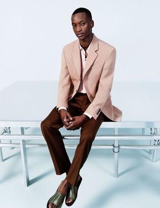 Cómo combinar: sandalias de cuero verde oliva, pantalón de vestir en marrón oscuro, camisa de vestir rosada, blazer rosado