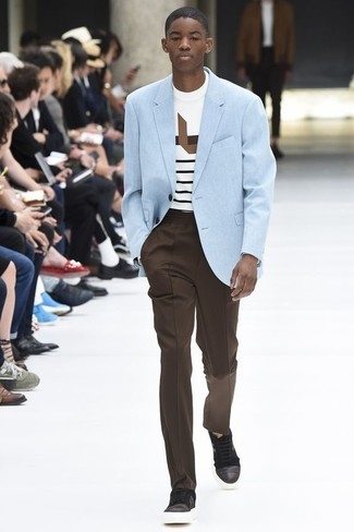 Cómo combinar: tenis de cuero en marrón oscuro, pantalón de vestir en marrón oscuro, camiseta con cuello circular de rayas horizontales blanca, blazer celeste