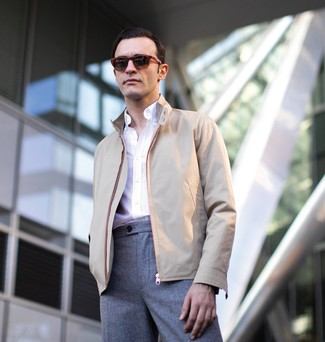 Cómo combinar: gafas de sol burdeos, pantalón de vestir de lana gris, camisa de manga larga blanca, cazadora harrington en beige
