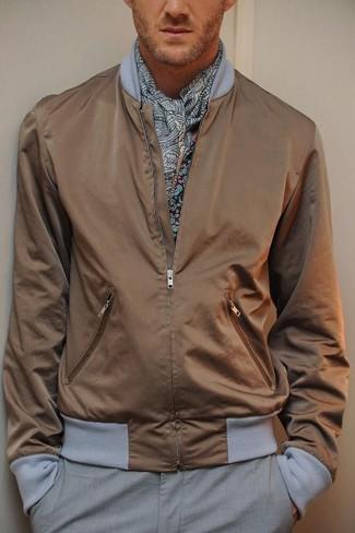Cómo combinar: bufanda de paisley gris, pantalón de vestir gris, camisa de manga larga estampada burdeos, cazadora de aviador marrón