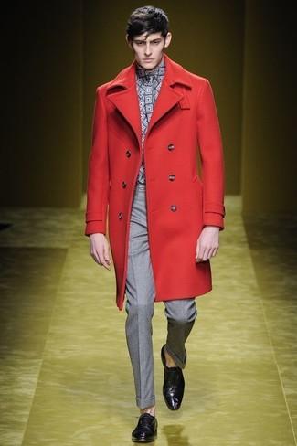 Cómo combinar: zapatos oxford de cuero morado oscuro, pantalón de vestir gris, camisa de manga larga con estampado geométrico gris, abrigo largo rojo