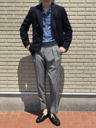 Combinar una camisa de vestir de cambray azul: Considera ponerse una camisa de vestir de cambray azul y un pantalón de vestir gris para una apariencia clásica y elegante. Si no quieres vestir totalmente formal, opta por un par de mocasín con borlas de cuero negro.