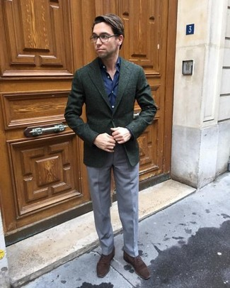 Cómo combinar: zapatos oxford de ante en marrón oscuro, pantalón de vestir gris, camisa de vestir azul marino, blazer de lana verde oscuro