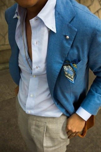 Look de moda: Pañuelo de bolsillo estampado azul, Pantalón de vestir gris, Camisa de vestir celeste, Blazer de lino azul