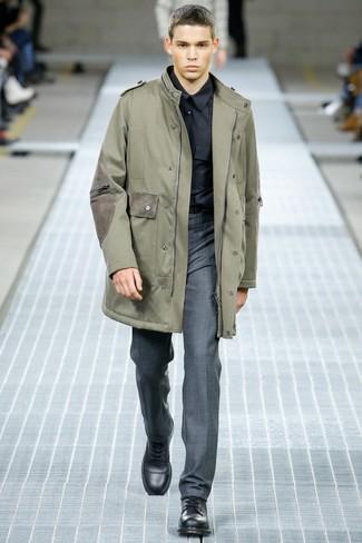 Cómo combinar: botas casual de cuero negras, pantalón de vestir gris, camisa de vestir negra, parka verde oliva