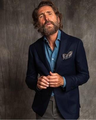 Cómo combinar: pañuelo de bolsillo gris, pantalón de vestir de lana gris, camisa vaquera azul, blazer de lana azul marino