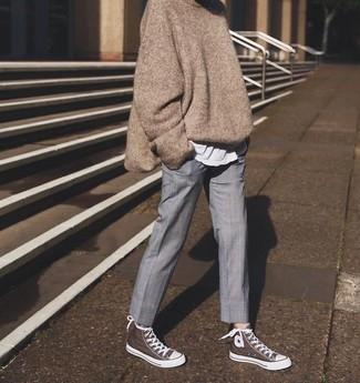 Cómo combinar: zapatillas altas de lona marrónes, pantalón de vestir gris, camiseta con cuello circular blanca, jersey oversized marrón
