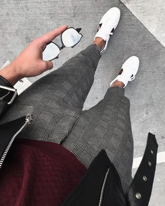 Cómo combinar: tenis de cuero blancos, pantalón de vestir de tartán gris, jersey con cuello circular burdeos, chaqueta motera de cuero negra