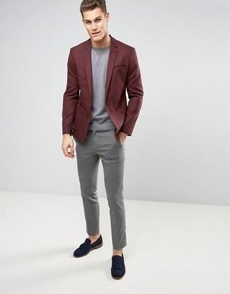 Combinar un blazer burdeos: Elige un blazer burdeos y un pantalón de vestir gris para un perfil clásico y refinado. Mocasín con borlas de ante azul marino son una opción inigualable para completar este atuendo.