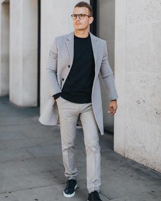 Cómo combinar: tenis de cuero negros, pantalón de vestir gris, jersey con cuello circular negro, abrigo largo gris