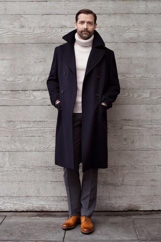 Combinar un jersey de cuello alto de lana blanco: Empareja un jersey de cuello alto de lana blanco con un pantalón de vestir de lana gris para una apariencia clásica y elegante. Zapatos derby de cuero marrón claro son una opción práctica para complementar tu atuendo.