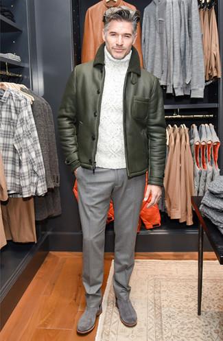 Outfits hombres en invierno 2021: Usa una chaqueta de piel de oveja verde oliva y un pantalón de vestir de lana gris para rebosar clase y sofisticación. Botines chelsea de ante grises son una opción estupenda para complementar tu atuendo. Para las jornadas de invierno, es una opción bellísima.