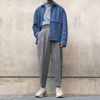 Cómo combinar: deportivas en beige, pantalón de vestir de lana gris, jersey de cuello alto gris, cazadora de aviador de lana azul