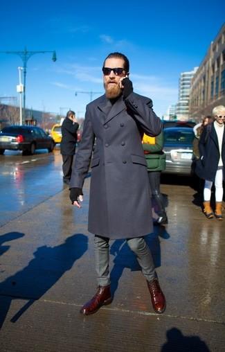 Cómo combinar: botas casual de cuero burdeos, pantalón de vestir gris, jersey de cuello alto negro, abrigo largo azul marino