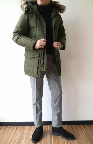 Cómo combinar: botas safari de ante negras, pantalón de vestir de lana gris, jersey de cuello alto negro, parka verde oliva