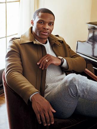 Cómo combinar: reloj de cuero en marrón oscuro, pantalón de vestir de lana de tartán gris, jersey de ochos blanco, abrigo largo marrón claro