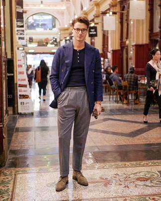 Cómo combinar: zapatos brogue de ante marrón claro, pantalón de vestir de lana gris, polo de manga larga azul marino, blazer cruzado de lana azul marino