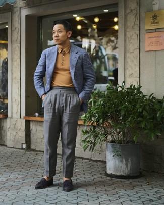 Cómo combinar: mocasín con borlas de cuero negro, pantalón de vestir gris, polo de manga larga marrón claro, blazer de tartán azul